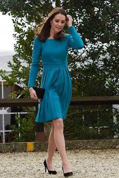 Kate Middleton dans une robe de la créatrice Emila Wickstead, accessoirisée avec une pochette Mulberry et des escarpins Stuart Weitzman le 10 décembre dans un centre d'étude de traitement des addictions à Warminster dans le Wiltshire.