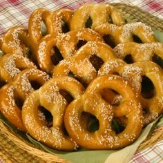 PERFECT HOMEMADE PRETZELS Pretzel is one of the most popular bread products. It's made from dough in a twisted knot shape and sprinkled with salt on top. This is the perfect pretzels recipe which you definitely should try. Homemade Pretzels, Homemade Crackers, Soft Pretzels, Foods That Contain Gluten, Scones, Pretzel Day, Eating Organic, Food Lists, International Recipes