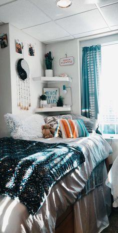 Cute dorm rooms - 40 dorm room decor ideas in 2019 18 Cute Room Decor, Teen Room Decor, Room Ideas Bedroom, Bedroom Inspo, Beach Room Decor, Cozy Bedroom, Bedroom Inspiration, Living Room Decor Tumblr, Spa Bedroom