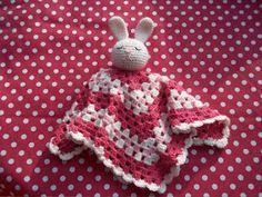 Tussen alle sinterklaas-drukte door haak ik lekker verder aan de baby-knuffeldoekjes van Brittas Ami (blog bestaat helaas niet meer)....