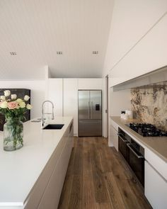 In keeping with the underlying modern classic theme, natural materials such as the French oak flooring and stone tile splashback provide an organic element. Living Room Modern, Kitchen Living, New Kitchen, Kitchen Modern, Living Rooms, Kitchen Interior, Kitchen Decor, Kitchen Design, Kitchen Layout