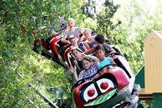 Handen in de lucht tijdens de achtbaanrit in Pretpark de Valkenier.