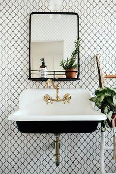 Vintage Bathroom Sinks, Modern Vintage Bathroom, Farmhouse Bathroom Sink, Eclectic Bathroom, Bathroom Styling, Bathroom Interior Design, Boho Bathroom, Small Bathroom, Victorian Bathroom