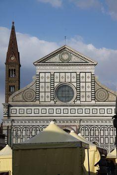 Santa Maria Novella Bazilikası'nın cephe görünümü. Bu yapı Leon Battista Alberti tarafından 1470 senesinde tamamlanmıştır. / The façade of Santa Maria Novella, completed by Leon Battista Alberti in 1470