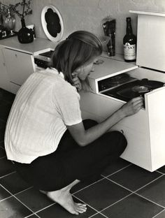 vinylespassion: Girl at Record Player, 1970.