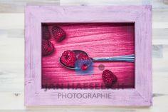 """Serie """"Familiensilber"""" - Löffel mit Himbeeren - Fine Art Print auf CANVAS in 20 x 29 cm, kaschiert auf Sperrholz. Rahmen handgefertigt, Aussenmasse 29,4 x 37,8 cm. Kein Glas. Designer, Collection, Home Decor, Art, Style, Photography, Raspberries, Random Stuff, Frame"""