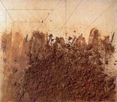 """""""Terra sobre tela"""" Antoni Tàpies,  1970. Un tableau de Tàpies peut être fait d'encre, de résine, de vernis, de paille, de bouts de ficelle, de fils de fer, de poussière, de sable, de terre...  C'est cette recommandation que Tàpies a placée au centre d'un petit texte qu'il a donné en 1967 à la revue pour enfants Cavall Fort publiée en catalan.  """"Je vous invite à jouer, à regarder attentivement... je vous invite à penser."""""""