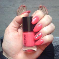 "Nägel noch neu gemacht - mit ""Meet me at coral island"" geht es in den Urlaub (Design bei @beauty_cutii abgeguckt ) #meetmeatcoralisland #catrice #ultimatenaillacquer #nails #nagellack #nailpolish #nailstagram #nailart #naildesign #nieten #gelnails #gelnägel"
