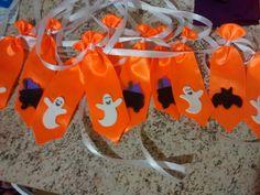 Kit com 10 gravatinhas pet no tamanho M e G com aplique de morcego ou fantasma. Nas cores roxa e laranja. Amarração de fita de cetim.    tamanho M:14 cm  tamanho G:16 cm