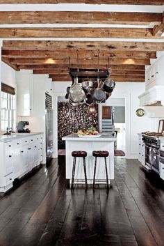 💡 92 choices of decorating white kitchen cabinets with dark floors that make your kitchen space comfortable 88 Kitchen Interior, Rustic Modern Kitchen, White Kitchen, Kitchen Flooring, Kitchen Decor, White Kitchen Tiles, Warm Home Decor, Rustic Kitchen, Kitchen Design