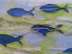Seidenpapier mit Aquarell Farben grundiert,Fische mit acrylfarbe gestempelt , dann umstickt.