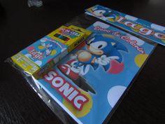 Novidade para a festa de aniversário dos seus filhos!!! Mini Livro para colorir do Sonic Composto por 12 imagens diferentes para colorir divididas em 6 páginas. A capa é personalizada no tema e com uma mensagem para os convidados a sua escolha. Acompanha uma caixinha de 6 cores de Giz de Cera atóxico decorado com um adesivo personalizado no tema da festa e com o nome do aniversariante e vai num saquinho personalizado também! Pedido mínimo: 20 unidades ____________________________________...