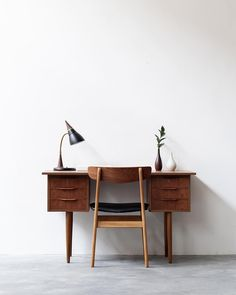 Vintage freestanding Danish desk in teak. Fully restored & happy in her new home… - RETRO FURNITURE Danish Interior Design, Interior Design Website, Office Interior Design, Office Interiors, Danish Design, White Interiors, Scandinavian Interiors, Scandinavian Design, Danish Furniture