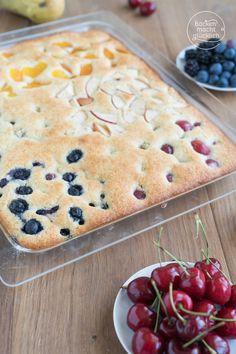 Super einfacher und leckerer Blechkuchen. Der schnelle Obstkuchen kann mit Lieblingsobst gemacht werden und ist nur 10 Minuten im Ofen. #obstkuchen #blechkuchen #schnell #einfach #sommer #ruehrkuchen #backenmachtgluecklich