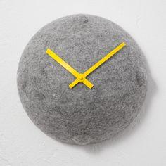 Wanduhr aus Filz // Clock out of felt by Objektdesign Dirk Krähmer via DaWanda.com