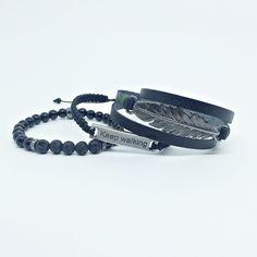 Kit 3 pulseiras masculinas sendo:  - 1 pulseira de couro preto 3 voltas no punho com entremeio pena em banho grafite   - 1 pulseira de pedras naturais 6 mm onix e lava vulcânica   - 1 pulseira de macrame com cordão nylon especial na cor preto e plaquinha Keep walking (continue caminhando).    > I...
