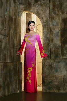 Vietnamese ao dai Vietnamese Clothing, Vietnamese Dress, Vietnamese Traditional Dress, Traditional Dresses, Dress Painting, Asian Ladies, Ao Dai, Eminem, Long Dresses
