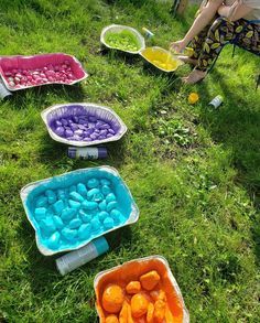 I got this idea from a school that involved their students in making a colorful rainbow rocky river. I knew it would give my own yard a beautiful burst of color… Garden Crafts, Garden Projects, Stepping Stone Walkways, Pierre Decorative, Dry Creek Bed, Rocky River, Wooden Garden, Recycled Garden, Glass Garden