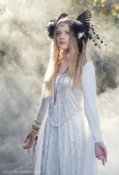 Cool headdress - Lunaesque Fantasy Photography Mists of Avalon, Ethereal, Faerie Mists Of Avalon, Prince Charmant, Fairy Clothes, Fantasy Photography, Fantasy Costumes, Chiffon Gown, Steampunk Clothing, Portrait, Headdress