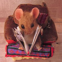 Needle Felted Art by Robin Joy Andreae: Oliver, a Mouse who Loves to Read  No tut   I just love what she does.