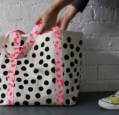 dot spot tote via harvest textiles My Bags, Purses And Bags, Tote Bags, Sewing Crafts, Sewing Projects, Cat Cushion, Textiles, Casual Bags, Couture