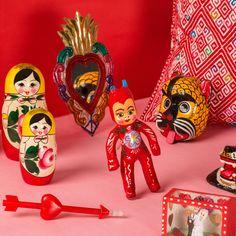 Pink Red Still life para tienda de regalos originales en Barcelona. Fotografía: Kinoki Studio Barcelona, Christmas Ornaments, Holiday Decor, Pink, Home Decor, Gift Shops, Original Gifts, Xmas Ornaments, Decoration Home