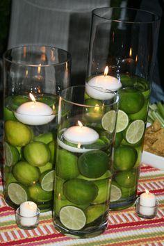 diferentes cilindros con limones y velas flotantes