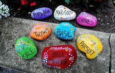 voor de creatieve middag, stenen verven en daarna in de schooltuin met de namen van verschillende planten/bloemen er op