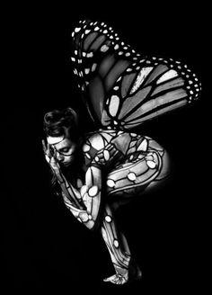 femme papillon, photographie noir et blanc