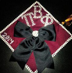 grad cap drama❥ Graduation Cap Designs, Graduation Cap Decoration, Graduation Caps, Grad Cap, College Graduation, Graduation Ideas, Pi Beta Phi, Delta Gamma, Sorority Sugar