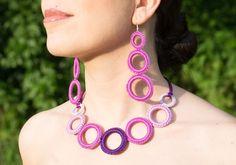 Collana uncinetto  realizzata a mano   anelli  colori
