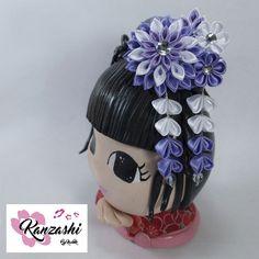 Enfeite de flor Kanzashi para cabelo. Modelo Mini Dália. Nice, Japanese Style, Handmade Products, Pendants, Embellishments, Colors, Templates, Kanzashi Flowers, Princesses