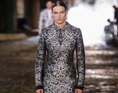 Alexander McQueen apresentou uma bela coleção inspirada na era vitoriana.