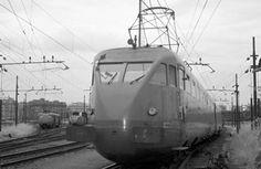 1936 - ETR200 Nasce il primo elettrotreno tutto italiano, l'ETR 200, che apre la strada all'Alta Velocità. Light Rail, Rolling Stock, Train Station, Locomotive, Fiat, Transportation, Automobile, Nostalgia, Scenery