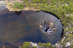 Was macht der mysteriöse Krater im See? | TRAVELBOOK
