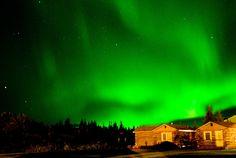 Las auroras se producen cuando el viento solar entra en contacto con el polos norte y sur de la magnetósfera terrestre, produciendo una luz difusa pero predominante proyectada en la ionosfera terrestre.
