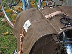 * IN STOCK EN READY TO SHIP!  Onze roll-up stijl fietstassen vervaardigd uit stevig, 14 oz, waterbestendig waxed canvas - zwart-wit wol checker stof zakken.  Ideaal voor woon-werkverkeer en winkelen. En ze roll-up zodat ze uit je bent manier wanneer leeg.  Allemaal handgemaakt door ons, met veel aandacht voor detail. We gaan naar grote lengten om ervoor te zorgen dat uw tas voor de komende jaren zal duren. We eindigen elke naad (geen fraying randen) en branden en uitstrijkje elke losse…