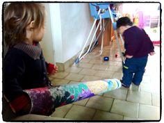 activité enfant intérieur, jouer avec un tube en carton, faire rouler