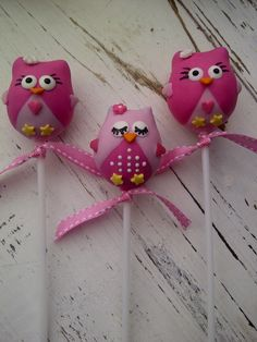 Owl cake pops!!!this is so cute!!!!Owls r my bathroom and bedroom theme! (I'm not an adult,I'm 9!!) And yes I have my own bathroom,so dose my little brother we have different bathroom themes and he's 5
