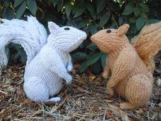 Lav dette yndige egern og lad det kravle i en buket grene. Eller lad børnene lege med det. Du kan bruge alle typer garn (ikke alt for tykt) og pinde 3½. Læs mere ... Knitting Patterns Free, Free Knitting, Baby Knitting, Crochet Patterns, Knitting Toys, Free Pattern, Crochet Animals, Knit Or Crochet, Crochet Toys