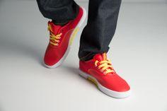 http://www.zorilestore.ro/pantofi-casual-barbati-puma-funist-lo-matst-m-304717_04 Puma Funist LO.MAT.ST sunt pantofii casual potriviti pentru iesirile cotidiene fiind comozi si eleganti. Partea superioara este confectionata din piele de calitate si materiale textile, combinatie ce asigura o rezistenta buna si un confort aparte.