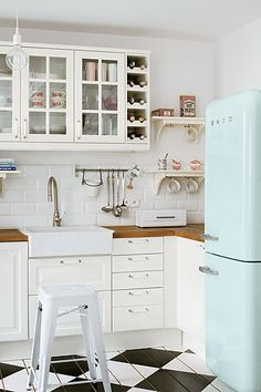 So cute white smeg fridge in country style kitchen. So beautiful red smeg fridge in white kitchen. So cute black fridge in black kitchen. Country Kitchen, New Kitchen, Vintage Kitchen, Kitchen White, Vintage Fridge, Retro Fridge, Kitchen Modern, Nordic Kitchen, Neutral Kitchen