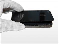 4. Træk bagcoveret væk fra bagsiden af iPhone. Vær forsigtig så du ikke skader plastklipsene der er fæstet på bagsiden. Fjern bakcoveret fra iPhone.