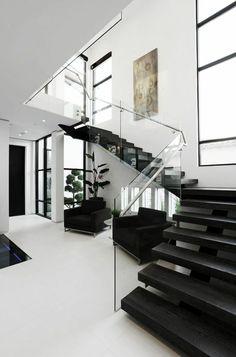 design maison de luxe, rampe d'escalier en verre, transparente, escalier moderne