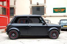Mini black on black w/ hints of red Mini Cooper Classic, Classic Mini, Classic Cars, Classic Style, Mini Countryman, Mini Clubman, Mini Morris, Hot Rods, Mini Copper