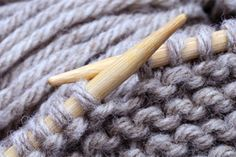 Tutoriels et astuces à connaître absolument Knitting Help, Lace Knitting, Knitting Stitches, Knitting Patterns, Fingerless Mitts, Knitted Headband, Knitting Projects, Cable Knit, Arm Warmers