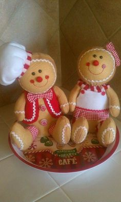 These are my favorite little gingerbread. Gingerbread Christmas Decor, Gingerbread Crafts, Gingerbread Decorations, Christmas Tree Themes, Christmas Sewing, Felt Christmas, All Things Christmas, Christmas Time, Christmas Crafts