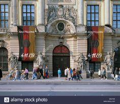 Menschen vor dem Zeughaus Unter den Linden, Museum fuer Deutsche Geschichte, Deutsche Nationalflaggen, Ausstellung 04.11.1989