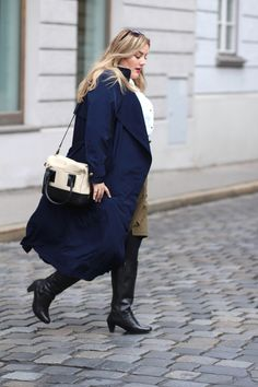 Der blaue lange mantel ist der perfekte Begleiter für den Wechsel zwischen den Jahreszeiten