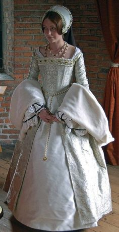 Tudor Costume — Catherine Howard's White Gown. Mode Renaissance, Renaissance Costume, Medieval Costume, Renaissance Fashion, Renaissance Clothing, Medieval Dress, Tudor Costumes, Period Costumes, Historical Costume